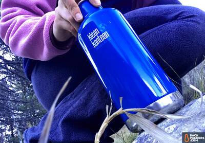 Klean-Kanteen-Insulated-Classic-32oz-review-person-holding-bottle