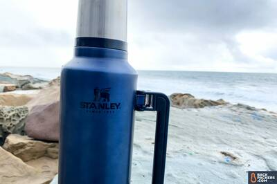 stanley-classic-vacuum-insulated-bottle-2-qt-logo-closeup
