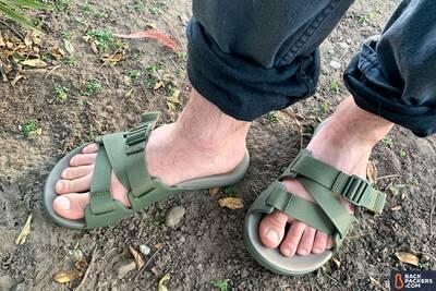 chaco chillos slide two feet